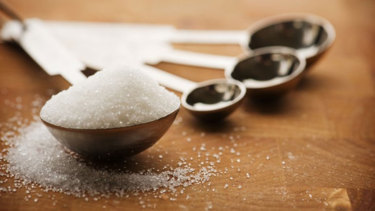 sugar-in-measuring-spoons-crop